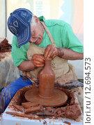 Мужчина делает из глины кувшин (2015 год). Редакционное фото, фотограф Наталья Кочеткова / Фотобанк Лори