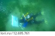 Купить «Подводный художник Юрий Адексеев рисует картину под водой в озере Байкал», видеоролик № 12695761, снято 5 сентября 2014 г. (c) Некрасов Андрей / Фотобанк Лори