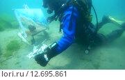 Купить «Подводный художник Юрий Адексеев рисует картину под водой в озере Байкал», видеоролик № 12695861, снято 5 сентября 2014 г. (c) Некрасов Андрей / Фотобанк Лори