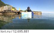 Купить «Подводный художник готовится к погружению на озере Байкал для того чтоб написать подводную картину», видеоролик № 12695881, снято 5 сентября 2014 г. (c) Некрасов Андрей / Фотобанк Лори