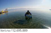 Купить «Подводный художник готовится к погружению на озере Байкал для того чтоб написать подводную картину», видеоролик № 12695889, снято 5 сентября 2014 г. (c) Некрасов Андрей / Фотобанк Лори