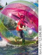 Купить «Водный зорбинг, аквазорбинг (refocus)», эксклюзивное фото № 12696801, снято 2 мая 2013 г. (c) Алёшина Оксана / Фотобанк Лори