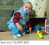 Купить «Мальчик (1 год и 3 месяца) у коробки с игрушками», эксклюзивное фото № 12697201, снято 7 сентября 2015 г. (c) Вячеслав Палес / Фотобанк Лори
