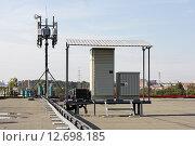 Базовая станция сотовой сети на крыше здания (2015 год). Редакционное фото, фотограф Владимир Борисов / Фотобанк Лори