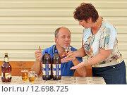 Жена ругает мужа за пьянство (2015 год). Редакционное фото, фотограф Юрий Морозов / Фотобанк Лори
