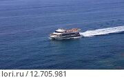Купить «Коста Брава, побережье Льорет де Мар, корабль с туристами», видеоролик № 12705981, снято 17 сентября 2015 г. (c) Валерий Назаров / Фотобанк Лори