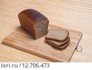 Купить «Нарезанная буханка чёрного Дарницкого хлеба на разделочной доске», фото № 12706473, снято 13 сентября 2015 г. (c) Алёшина Оксана / Фотобанк Лори