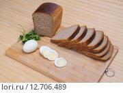 Купить «Нарезанный батон Дарницкого хлеба на разделочной доске», фото № 12706489, снято 13 сентября 2015 г. (c) Алёшина Оксана / Фотобанк Лори