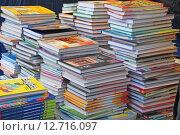 Стопки школьных учебников (2013 год). Редакционное фото, фотограф Юлия Цигун / Фотобанк Лори
