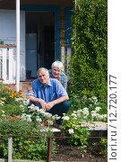 Пожилая семейная пара на крылечке садового домика. Смотрят в камеру. Стоковое фото, фотограф Наталья Федорова / Фотобанк Лори
