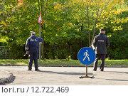 Купить «Сотрудники полиции и ДПС следят за порядком в пешеходной зоне во время городского праздника», фото № 12722469, снято 20 сентября 2015 г. (c) Лариса Капусткина / Фотобанк Лори