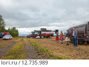 Купить «Выступление агитбригады в пасмурную погоду», эксклюзивное фото № 12735989, снято 20 августа 2015 г. (c) Иван Карпов / Фотобанк Лори
