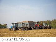 Купить «Трактора в поле», эксклюзивное фото № 12736005, снято 8 сентября 2015 г. (c) Иван Карпов / Фотобанк Лори