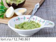 Купить «Паста из авокадо сорта Reed с яйцом», фото № 12740861, снято 18 сентября 2015 г. (c) Алёшина Оксана / Фотобанк Лори
