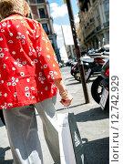 Купить «Madrid, Spain, elderly woman with Shoppingtuete», фото № 12742929, снято 8 сентября 2014 г. (c) Caro Photoagency / Фотобанк Лори