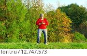 Купить «Женщина практикует йогу», видеоролик № 12747573, снято 25 сентября 2015 г. (c) Серёга / Фотобанк Лори