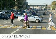 Купить «Люди переходят дорогу по пешеходному переходу.  Варшавское шоссе, Москва», эксклюзивное фото № 12761693, снято 25 сентября 2015 г. (c) Щеголева Ольга / Фотобанк Лори