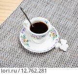 Купить «Чашка кофе на столе», фото № 12762281, снято 16 сентября 2015 г. (c) Алёшина Оксана / Фотобанк Лори