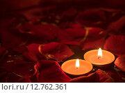 Свечи среди красных лепестков роз. Стоковое фото, фотограф Юрий Прокопьев / Фотобанк Лори