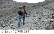 Купить «Вид сзади на туриста, поднимающегося в гору с рюкзаком по каменистому склону», видеоролик № 12768329, снято 3 сентября 2015 г. (c) Кекяляйнен Андрей / Фотобанк Лори