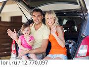 Купить «happy family with hatchback car at home parking», фото № 12770097, снято 11 августа 2015 г. (c) Syda Productions / Фотобанк Лори