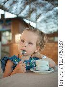 Купить «Маленькая девочка пьет чай», фото № 12775037, снято 18 сентября 2014 г. (c) Сосенушкин Дмитрий Александрович / Фотобанк Лори