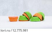 Разноцветные бумажные формы для кексов. Стоковое фото, фотограф Полина Соколова / Фотобанк Лори