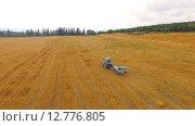 Купить «Трактор едет по стерне», видеоролик № 12776805, снято 17 августа 2015 г. (c) Владимир Кравченко / Фотобанк Лори