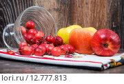 Купить «Яблоки на столе», фото № 12777813, снято 26 сентября 2015 г. (c) Алёшина Оксана / Фотобанк Лори
