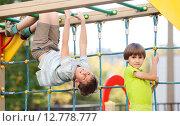 Дети играют на игровой площадке в школьном дворе. Стоковое фото, фотограф Юлия Кузнецова / Фотобанк Лори