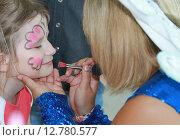 Купить «Разрисовка лица ребенка», фото № 12780577, снято 12 июня 2015 г. (c) Марюнин Юрий / Фотобанк Лори