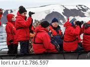 Купить «Фотографы на надувной моторной лодке фотографируют моржей. Земля Франца-Иосифа», фото № 12786597, снято 20 августа 2015 г. (c) Николай Гернет / Фотобанк Лори