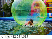 Девочка в надувном шаре (зорбе) в бассейне. Стоковое фото, фотограф Светлана Швенк / Фотобанк Лори