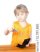 Купить «Девочка держит долларовую купюру», фото № 12791865, снято 5 апреля 2015 г. (c) Андрей Брусов / Фотобанк Лори