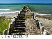 Купить «Волнорез уходит в море», фото № 12795449, снято 4 мая 2013 г. (c) Сергей Трофименко / Фотобанк Лори