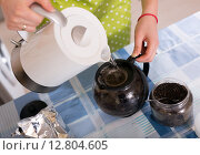 Купить «housewife woman brewing tea at home», фото № 12804605, снято 20 июля 2018 г. (c) Яков Филимонов / Фотобанк Лори