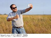 Мужчина в солнцезащитных очках делает селфи. Стоковое фото, фотограф Станислав Самойлик / Фотобанк Лори