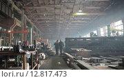Купить «Рабочие на заводе», видеоролик № 12817473, снято 6 октября 2015 г. (c) Алексей Жарков / Фотобанк Лори
