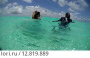 Купить «Жених и невеста идут по дну держась за руки, Индийский океан, Мальдивские острова», видеоролик № 12819889, снято 2 октября 2015 г. (c) Некрасов Андрей / Фотобанк Лори