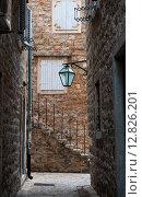 Улица старого города в Будве. Черногория (2015 год). Стоковое фото, фотограф Елена Поминова / Фотобанк Лори