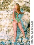 Женщина в купальнике стоит у скалы. Стоковое фото, фотограф Кононенко Александр / Фотобанк Лори