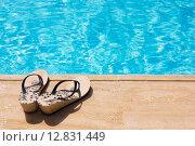 Летние женские шлепанцы у бассейна. Стоковое фото, фотограф Елена Уткина / Фотобанк Лори