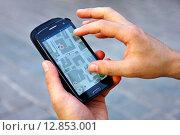 Мужчина пользуется навигатором в телефоне. Стоковое фото, фотограф Наталья Данченко / Фотобанк Лори