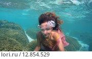 Купить «Молодая красивая девушка позирует под водой в ярком платье над коралловом рифом, Мальдивские острова», видеоролик № 12854529, снято 11 октября 2015 г. (c) Некрасов Андрей / Фотобанк Лори