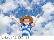 Маленькая девочка на фоне неба и снега. Стоковое фото, фотограф Вячеслав Волков / Фотобанк Лори