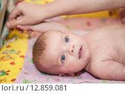 Купить «Массаж малыша», фото № 12859081, снято 3 января 2013 г. (c) Алексей Щукин / Фотобанк Лори