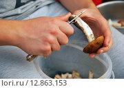 Чистка грибов. Стоковое фото, фотограф Инесса Гаварс / Фотобанк Лори