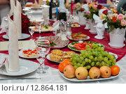 Купить «Празднично сервированный стол», эксклюзивное фото № 12864181, снято 24 апреля 2015 г. (c) Игорь Низов / Фотобанк Лори