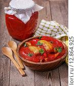 Закуска из красного перца и помидоров в деревянной чашке. Стоковое фото, фотограф A_ksenya / Фотобанк Лори