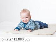 Купить «Веселый малыш в студии на белом фоне», фото № 12880505, снято 19 ноября 2018 г. (c) Efanov Aleksey / Фотобанк Лори